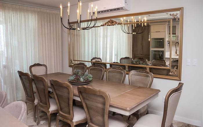 Sala de Jantar Clássica - Mesas e Cadeiras Amadeirada